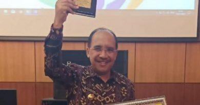 Turut kembangkan pendidikan agama dan keagamaan di kota Kupang, walikota Kupang terima penghargaan dari Kemenag RI